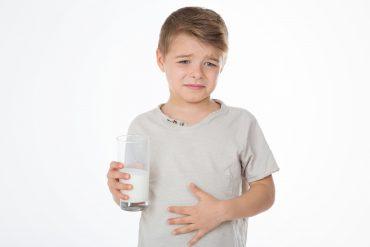 Dziecko ze szklanką mleka