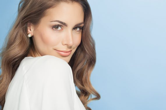 Piękna kobieta z nawilżoną skórą