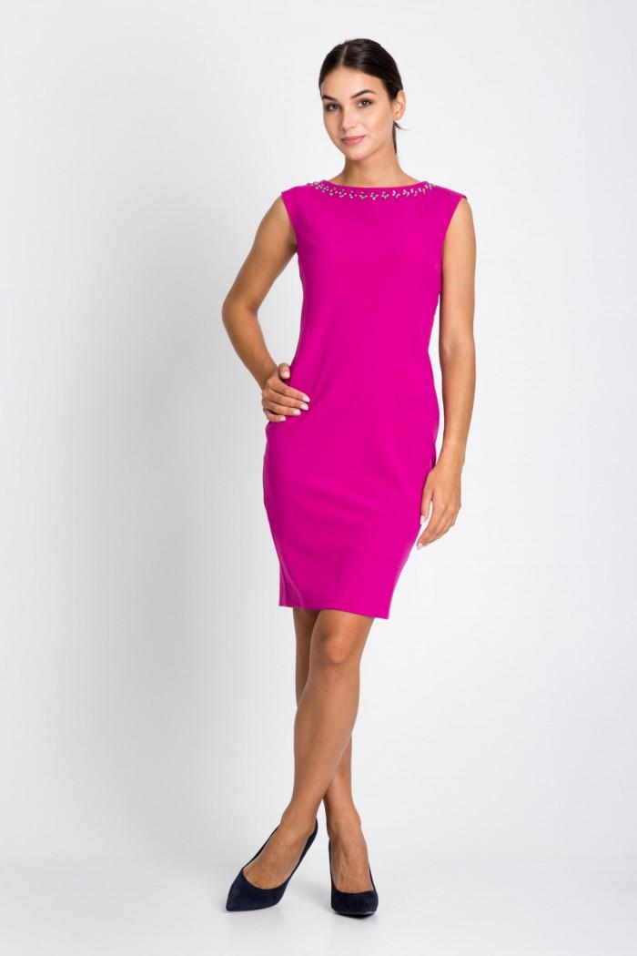 Różowa sukienka z ozdobnym dekoltem