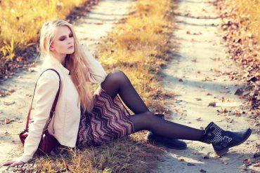 Kobieta na trawie w botkach