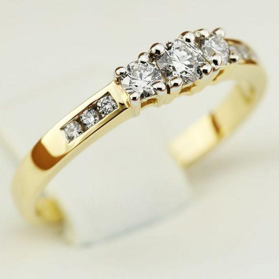 Złoty pierścionek zaręczynowy