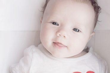 Uśmiechnięty niemowlak