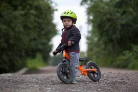 Rowerek biegowy na drodze