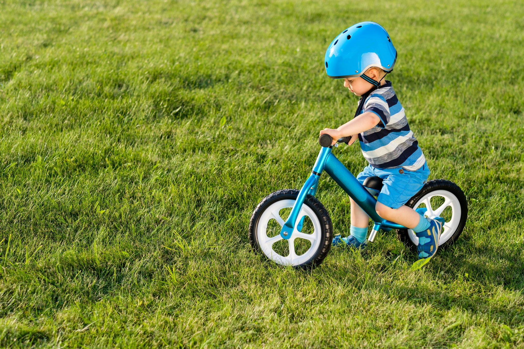 Rowerek biegowy na trawie