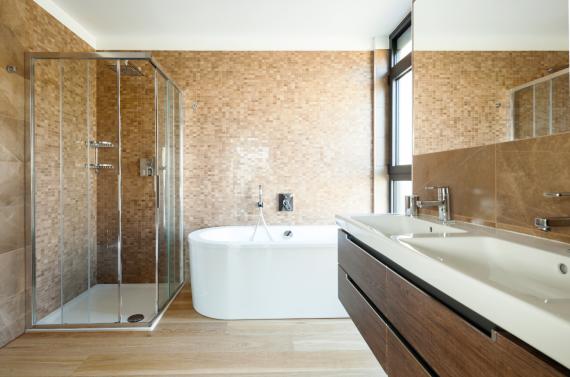 Elegancka łazienka z wanną i kabiną prysznicową