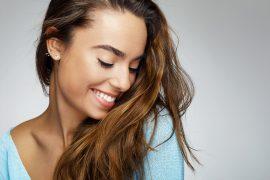 Kobieta z pięknym uśmiechem
