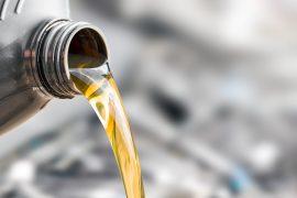 Olej silnikowy leje się