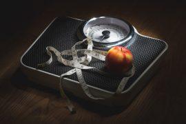 Jabłko, centymetr i waga