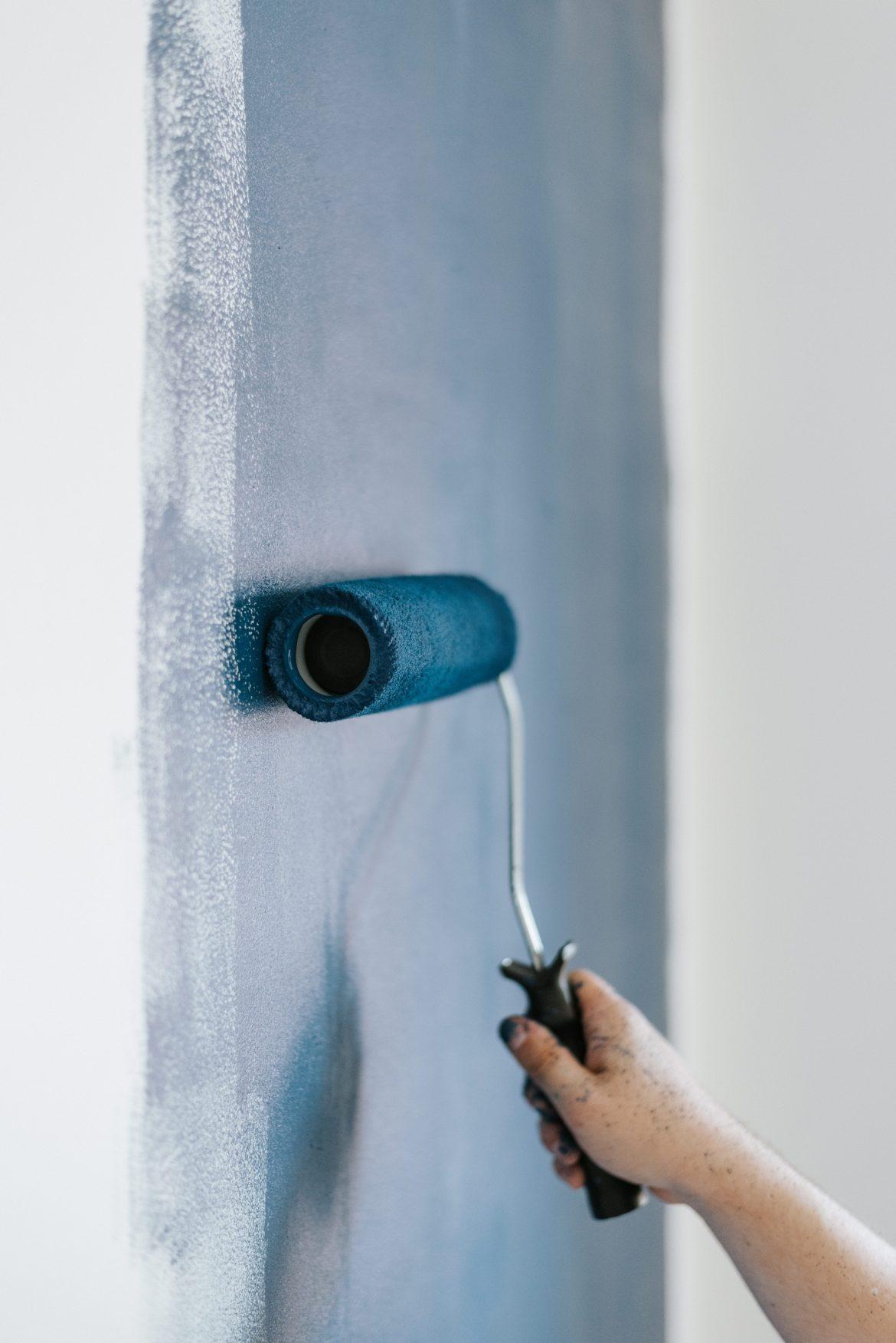 Wałek na ścianie - malowanie