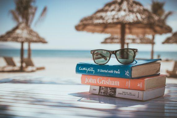 Książki na plaży i okulary przeciwsłoneczne