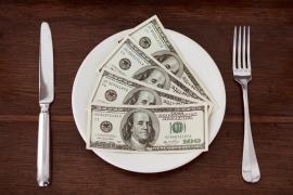 Dolary na białym talerzu