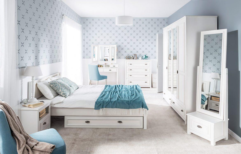 Jasna biało niebieska sypialnia