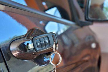 Kluczyk w drzwiach samochodu