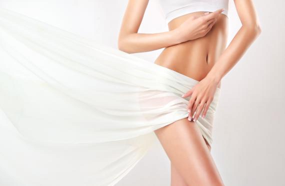 Kobieta okrywa miejsca intymne zwiewnym materiałem
