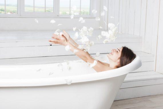 Kobieta w dobrze urządzonej łazience