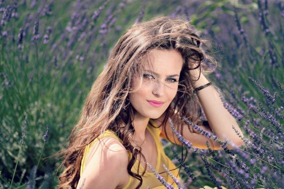 Piękna kobieta w polu lawendy