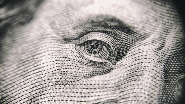Zbliżenie na oko postaci na banknocie