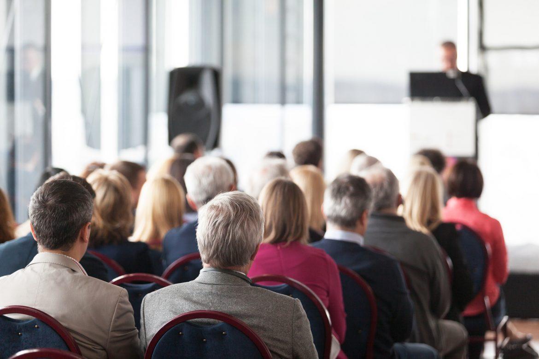 Mężczyzna podczas wystąpienia publicznego