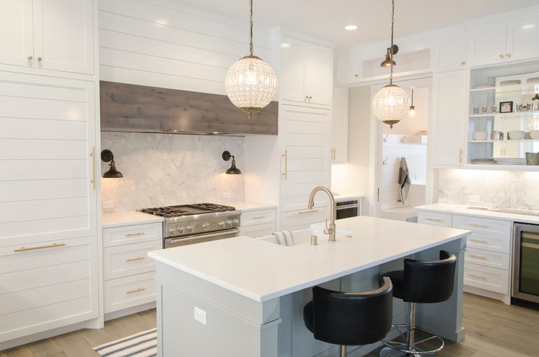 Biała kuchnia otwarta na salon