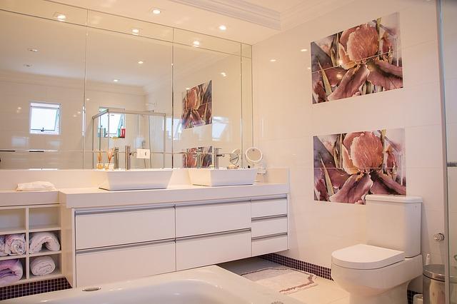 Biała łazienka z zabudową