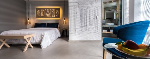 Sypialnia w bieli i szarości z obraze