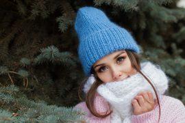 Ciepło ubrana kobieta w czapce