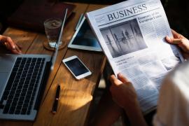 Mężczyzna czyta wiadoności biznesowe