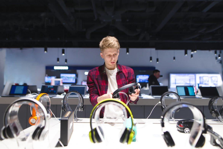 Mężczyzna w sklepie z elektroniką