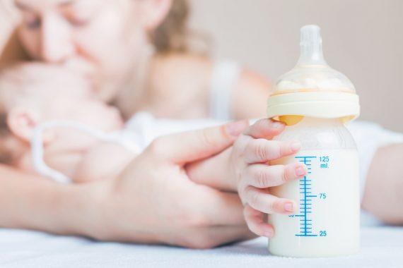 Kobieta, niemowle i butelka mleka