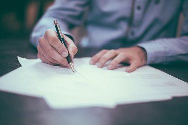 Mężczyzna uzupełnia dokumenty