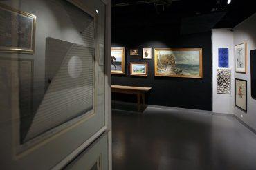 Obrazy wiszą w galerii sztuki