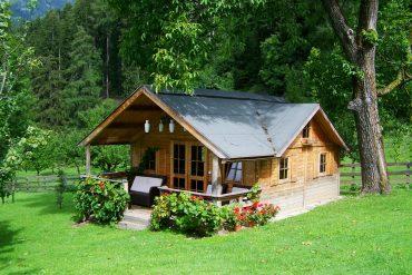Drewniany domek letniskowy wśród zieleni