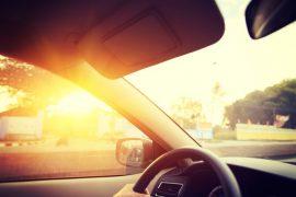 Samochód w promieniach slońca