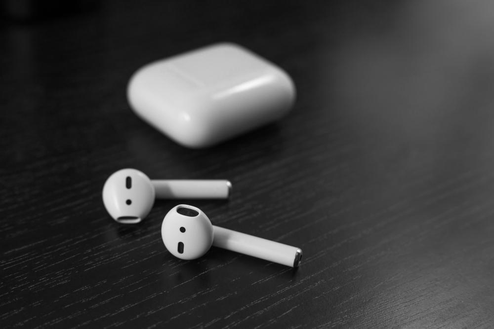 Białe słuchawki bezprzewodowe