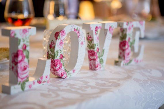 Biały napis love w kwiaty