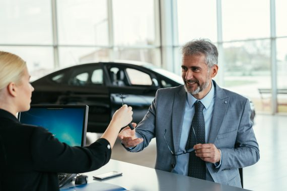 Biznesmen wynajmujący samochód