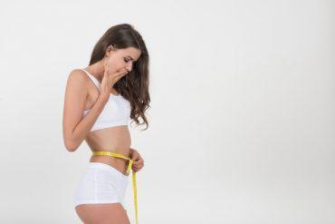 Kobieta mierzy obwód talii