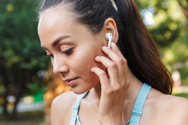 Kobieta w słuchawkach podczas treningu