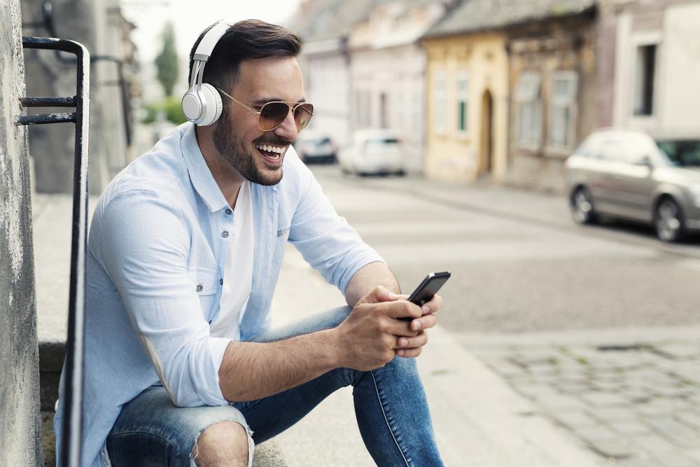 Mężczyzna w białych słuchawkach