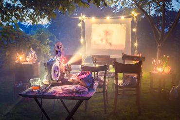 wieczór filmowy w ogrodzie