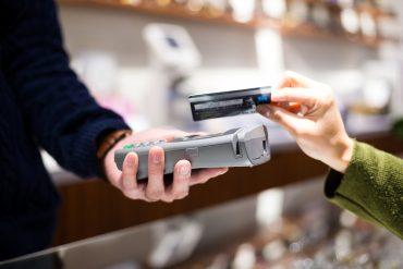 Kobieta płaci zbliżeniowo NFC