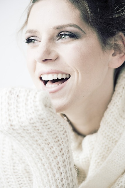 Kobieta z założoną protezą zębową