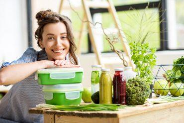 Kobieta z lunchboxami