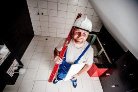 Budowlaniec podczas remontu mieszkania