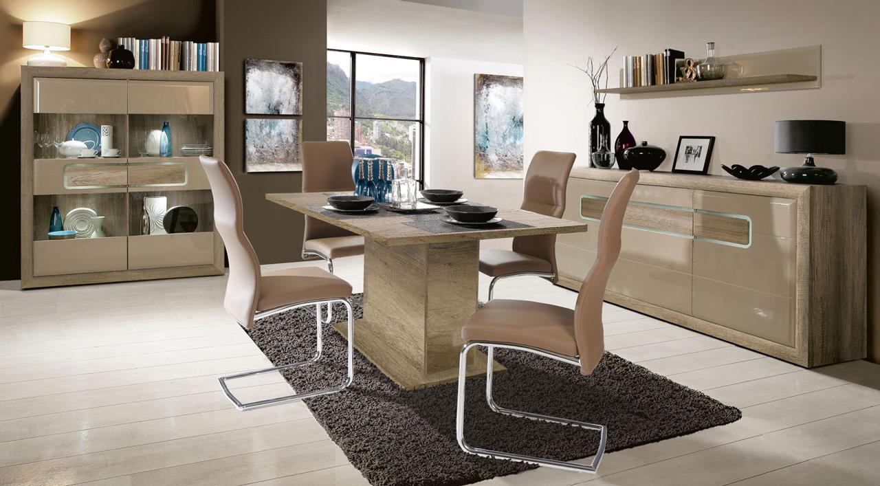 Mały stół i krzesła na metalowych nogach