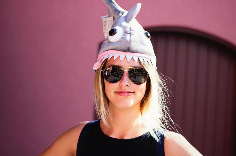 Kobieta w okularach przeciwsłonecznych i czapce rekina