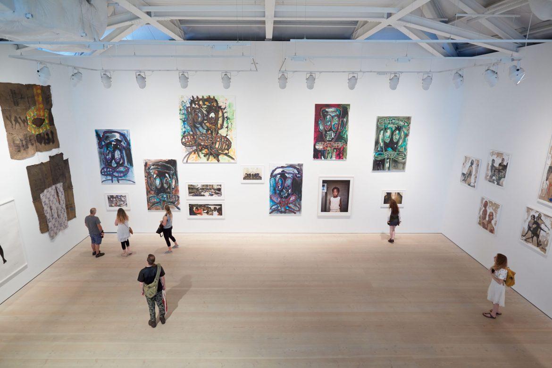 Ludzie w galerii sztuki