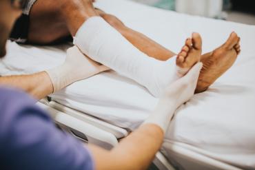 Dorosła kobieta z uszkodzoną nogą