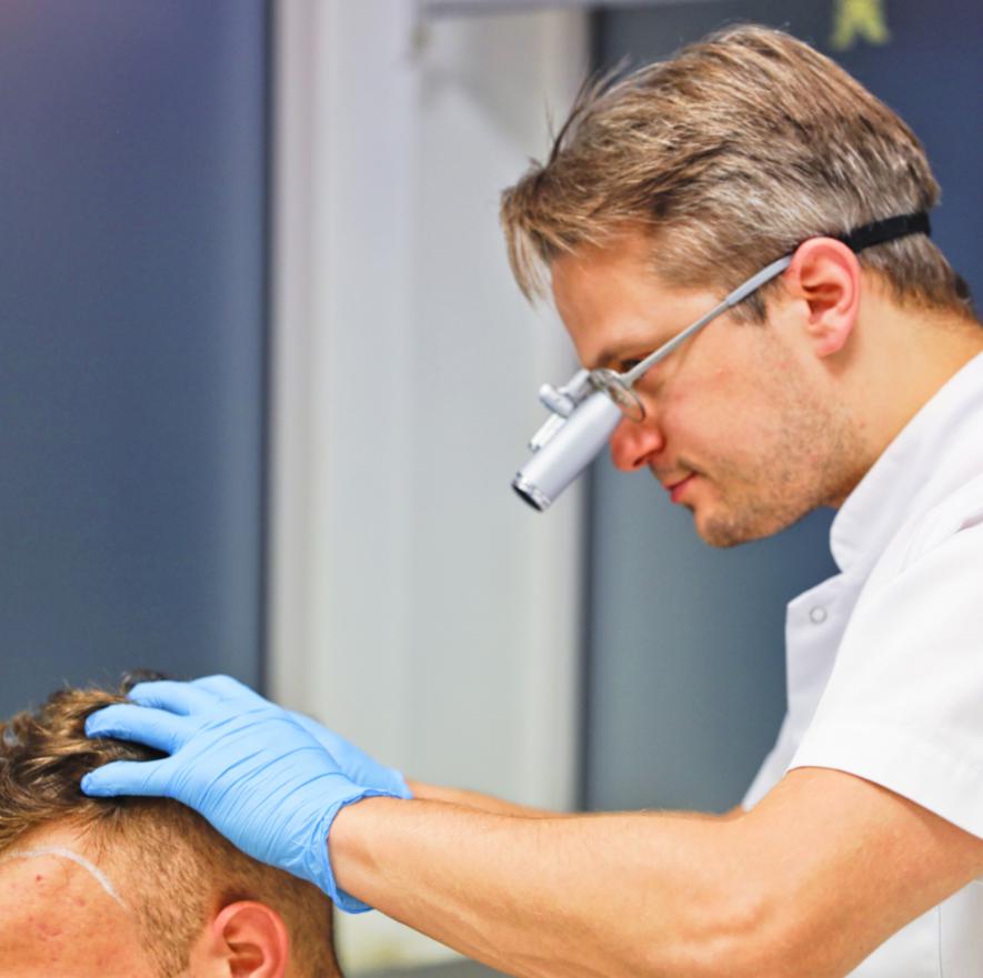 Lekarz podczas przeszczepu włosów