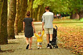 Rodzina z dzieckiem na spacerze